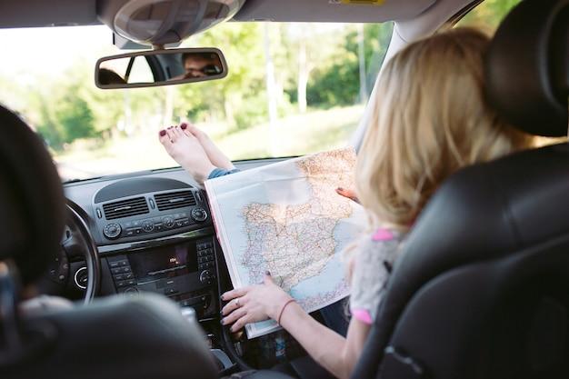 Tre giovani ragazze che viaggiano in auto