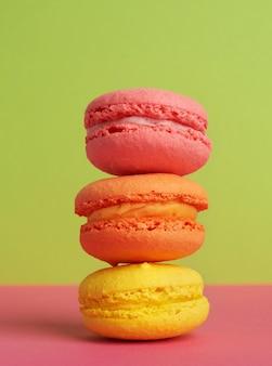 Tre macarons al forno multicolori rotondi, il dessert si trova uno sopra l'altro
