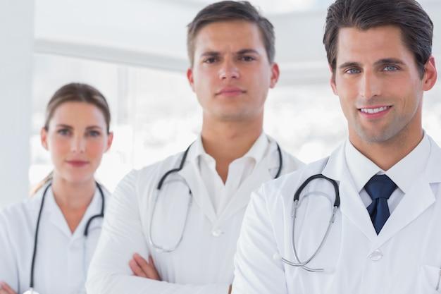 Tre medici con camici da laboratorio