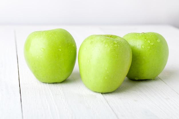 Tre mele verdi bagnate