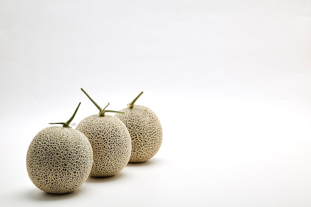 Tre melone cantalupo su bianco