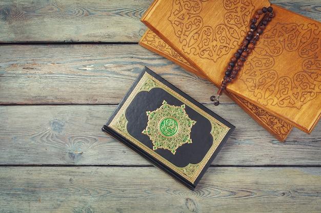 Tre mesi. libro sacro islamico corano con rosari. concetto di ramadan