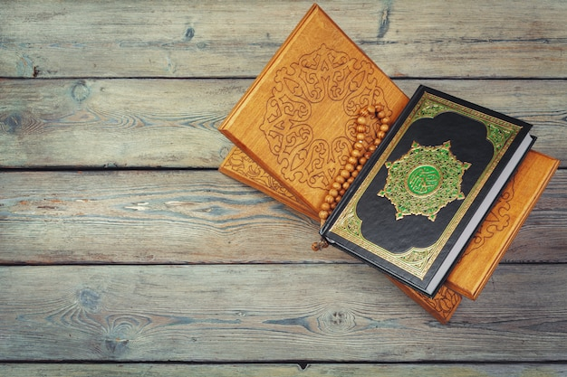 Tre mesi, libro sacro islamico corano con rosari.