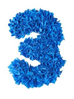 Tre, numero 3 fatto a mano da frammenti di carta blu isolati su bianco