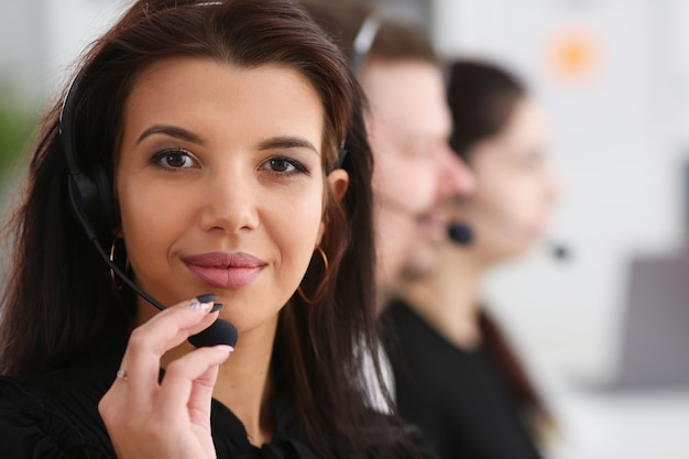 Tre operatori di call center al lavoro