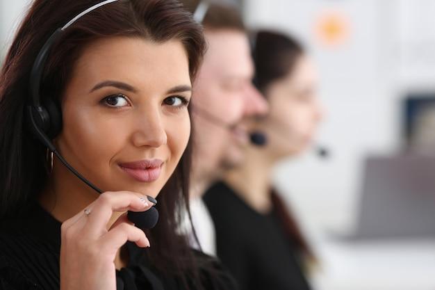 Tre operatori di call center al lavoro