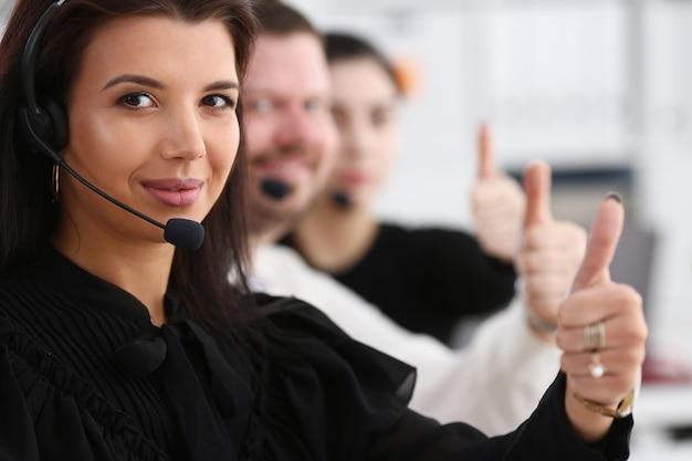 Tre operatori di call center arm mostrano ok
