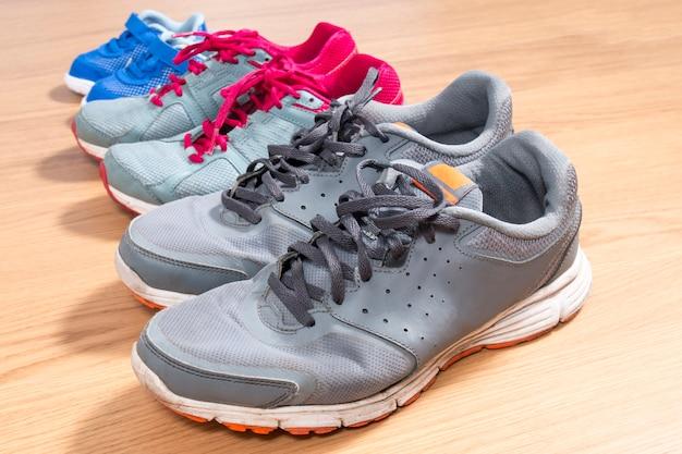 Tre paia di scarpe da ginnastica