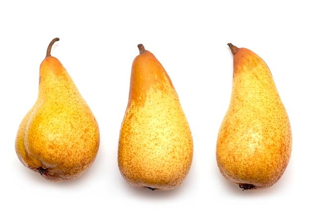 Tre pere gialle isolate su bianco