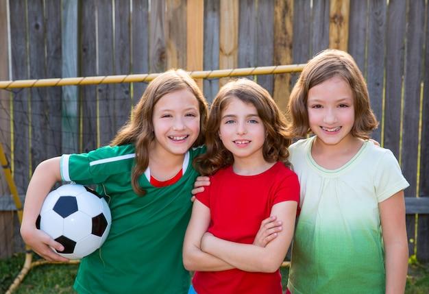 Tre ragazze sorelle amici giocatori di calcio calcio vincitore
