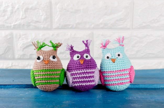 Tre simpatici giocattoli fatti a mano gufi a maglia