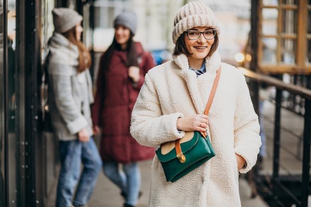 Tre studenti in abito invernale in strada