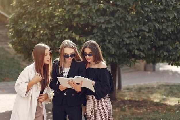 Tre studenti in piedi in un campus universitario