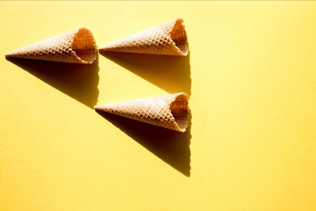 Tre tazze vuote per waffle per gelato