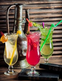 Tre tipi di cocktail estivi colorati con frutta.