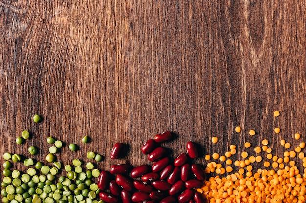 Tre tipi di legumi, splendidamente disposti su legno. vista dall'alto. copia spazio ..