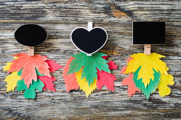Tre tipi di quaderni di gesso con foglie di autunno di carta colorata.