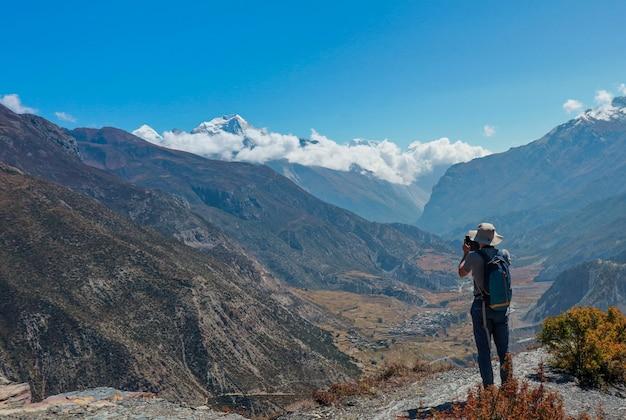 Trekker asiatico dell'uomo nella valle del percorso di trekking del campo base dell'everest in khumbu