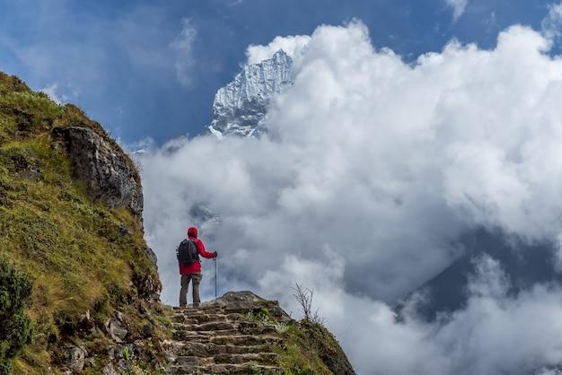 Trekker che cammina alla vista di everest dell'hotel nella regione del trekking di everest nel nepal.