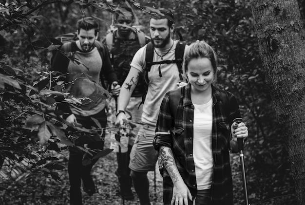 Trekking in una foresta