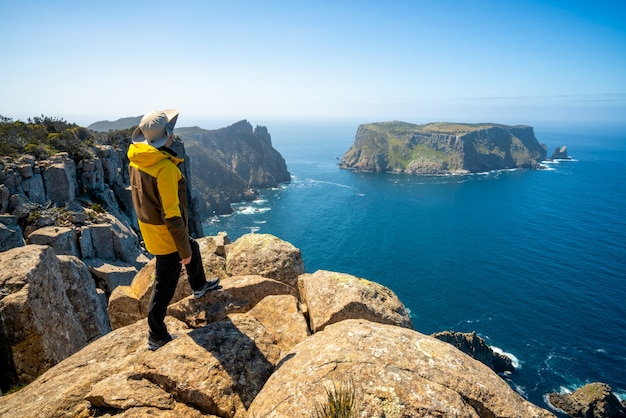 Trekking nella penisola di tasman, tasmania, australia.
