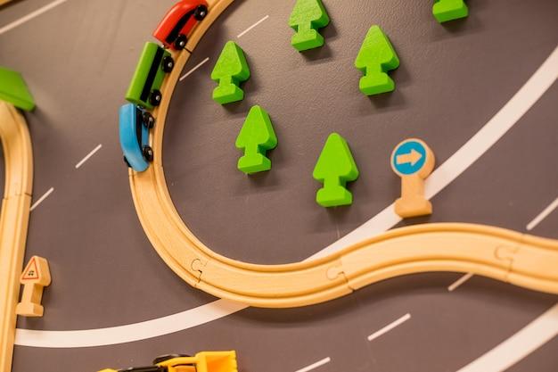 Treni di legno nel parco giochi al coperto o nel centro di divertimenti