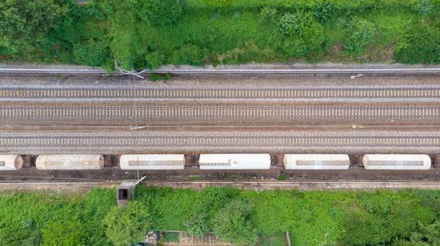 Treni merci di vista aerea nella stazione ferroviaria. cargo treni vagoni sulla ferrovia, dall'alto in basso. industria pesante, binario nel distretto industriale