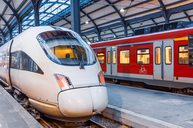 Treno ad alta velocità alla stazione finale, in attesa di passeggeri