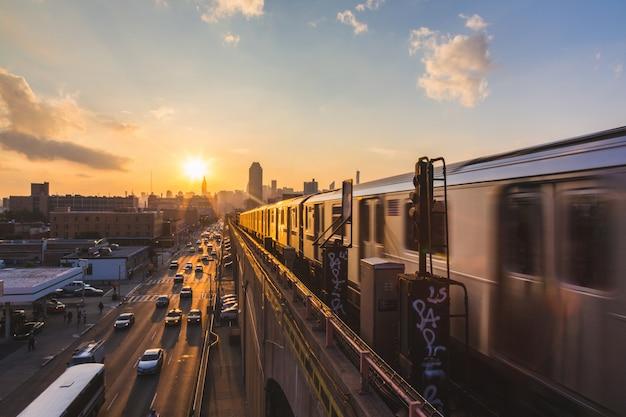 Treno della metropolitana a new york al tramonto