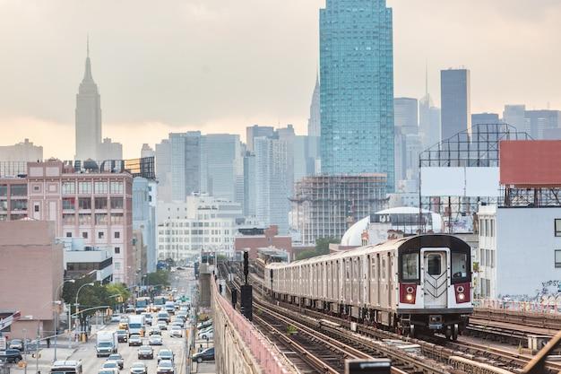 Treno della metropolitana a new york prima del tramonto
