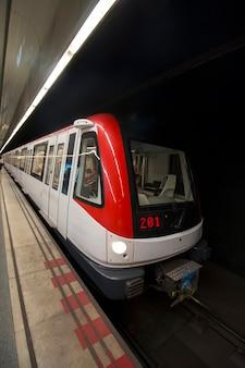 Treno della metropolitana ad alta velocità a barcellona, spagna