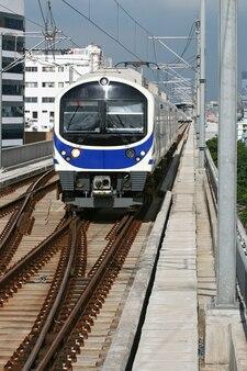 Treno di cielo blu che viene alla stazione a bangkok tailandia