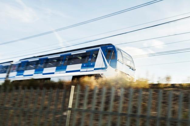Treno moderno in zona rurale