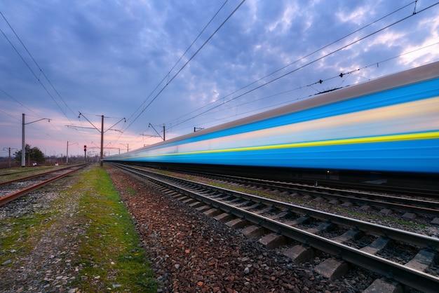 Treno passeggeri blu ad alta velocità in movimento