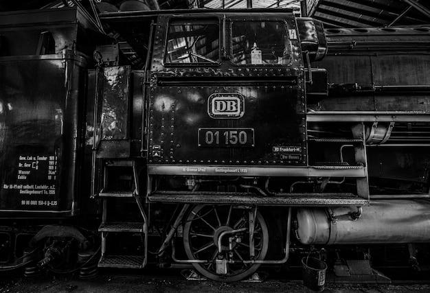 Treno storico a vapore monocromatico