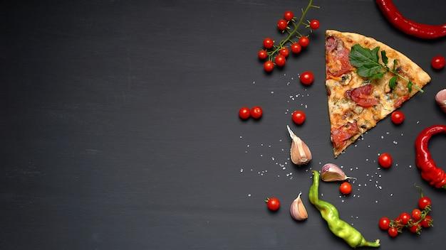 Triangolare pezzo di pizza al forno con funghi, salsicce affumicate, pomodori e formaggio
