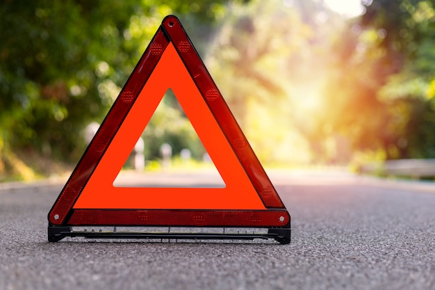 Triangolo rosso, segnale di arresto di emergenza rosso, simbolo di emergenza rosso sulla strada.