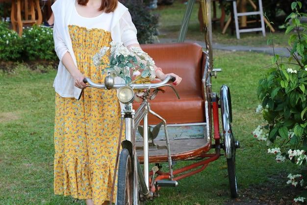 Triciclo con donne, chiang mai, tailandia