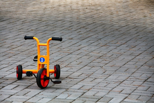 Triciclo di parco giochi arancione