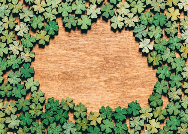 Trifogli a quattro foglie, che sul pavimento di legno