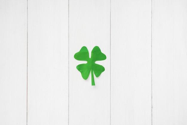 Trifoglio di carta verde a bordo
