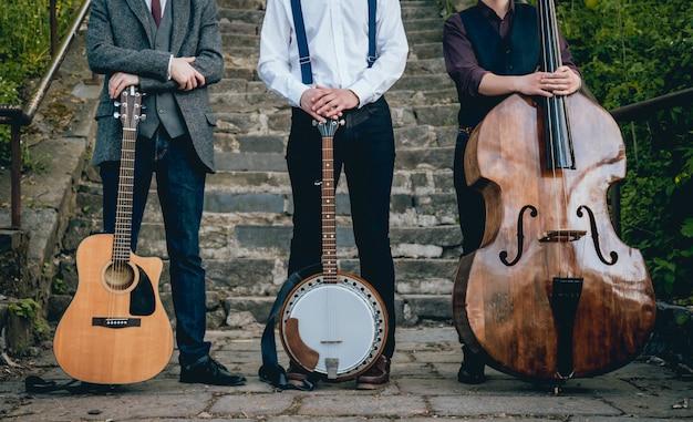 Trio di musicisti con chitarra, banjo e contrabbasso