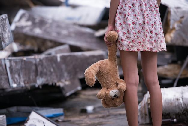 Triste donna in piedi con la bambola