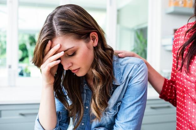 Triste giovane donna con un amico