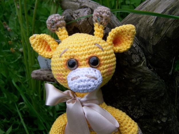 Triste piccola giraffa all'uncinetto, pessimismo. fatto a mano, giocattolo, amigurumi.