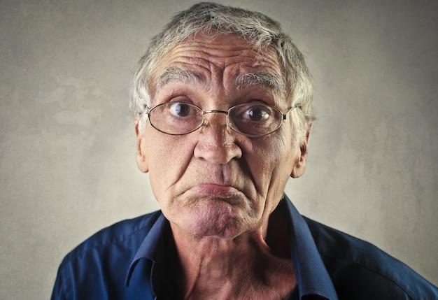 Triste uomo anziano deluso