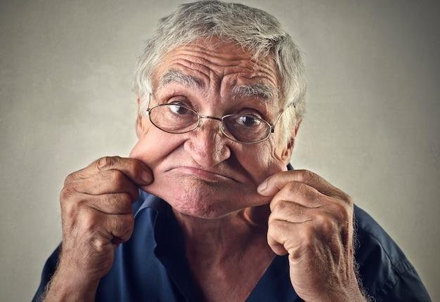 Triste uomo anziano infelice