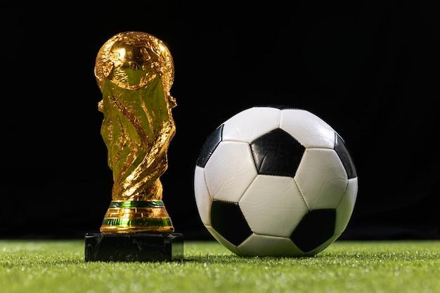 Trofeo della coppa del mondo del primo piano con pallone da calcio