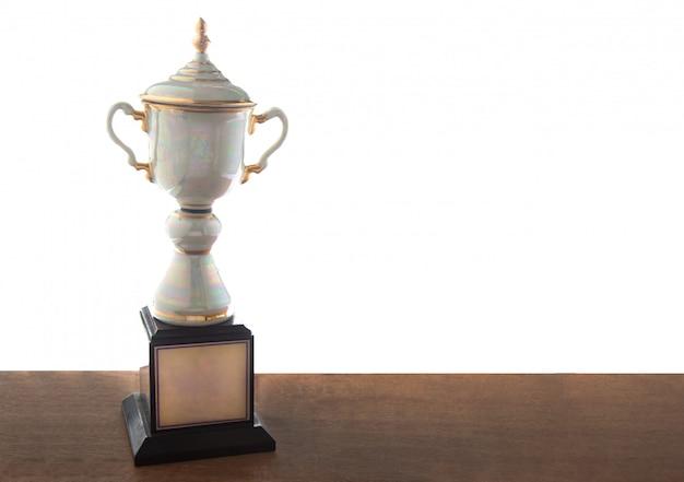 Trofeo di marmo sulla tavola di legno isolata. vincere premi con lo spazio della copia.