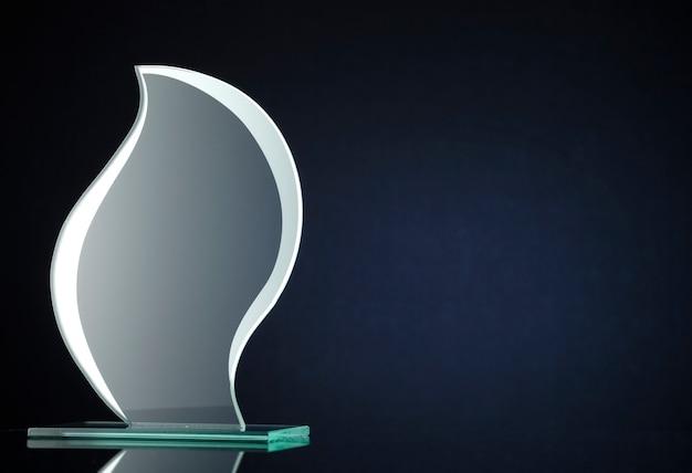 Trofeo di vetro a forma di fiamma alla moda con copyspace